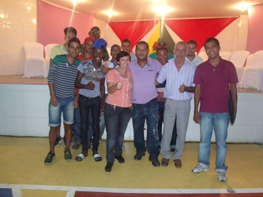 Irmã Cecilia sendo recepcionada por jovens e lideranças em Serrinha