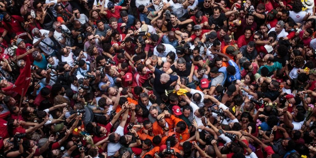 Lula-carregado-pela-multidao-Credito-Francisco-Ramos-Coletivo-Farpa-1523391262-article-header