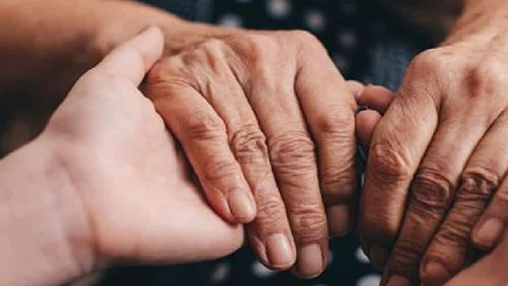 Parkinson-idoso-cuidador-reproducao